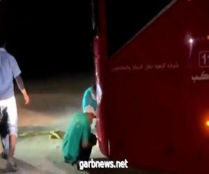 فريق تطوعي ينقذ 50 راكباً بعد أن غرزت حافلتهم في الرمال