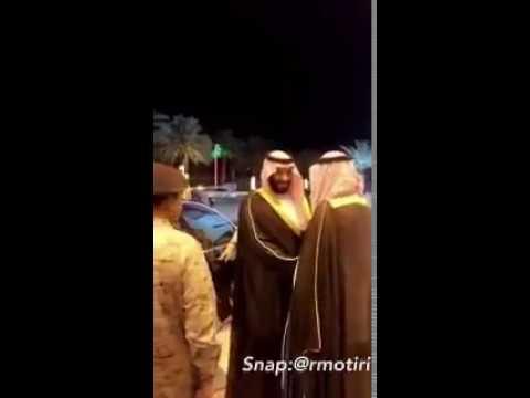  شاهد .. ولي ولي العهد يرفض تقبيل مواطنين كتفه ويده